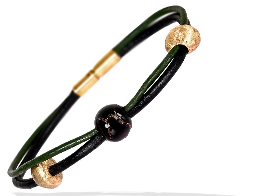 Bestillingsopgave : Adrian havde denne sjældne sorte koralkugle og noget guld. Vi designede sammen dette elegante herrearmbånd.
