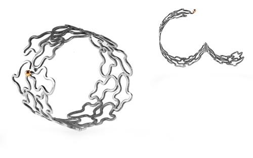 Bestillingsopgave : Svend ville give sin kone en bred, let og dekorativ sølvarmbånd, i sølvbryllupsgave. Jeg lavede disse figurer i sølvtråd, som sammen gav et unikt mønster. Isatte chanier og en guldkugle i lukningen. Senere købte Svend en smuk broche der passede til.