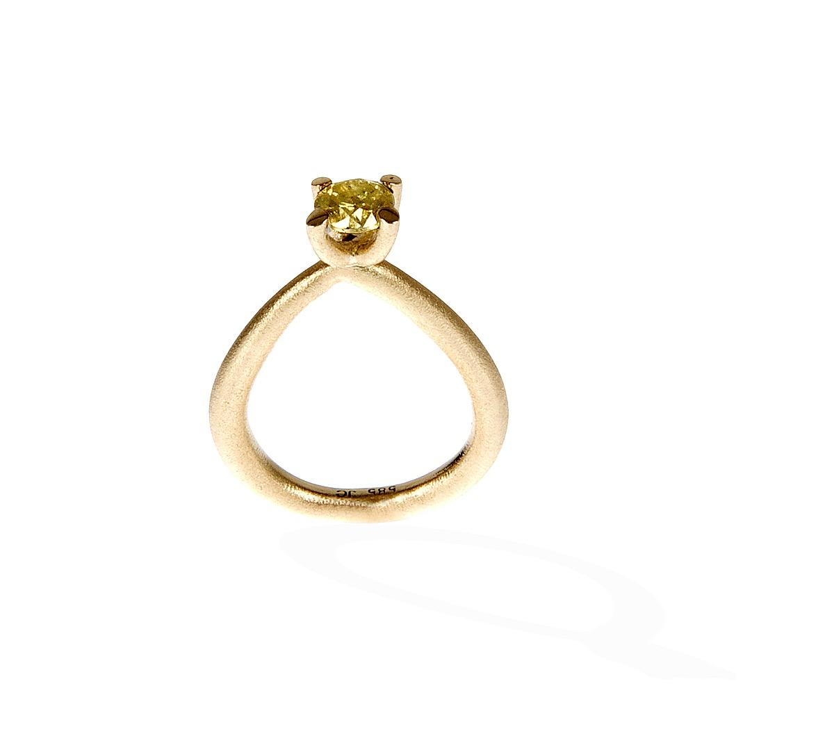 Bestillingsopgave : Tine havde købt en ring med denne smukke gule diamant på auktion på nettet. Jeg smeltede nogle arvede vielsesringe, og lavede en ny rustik, men klassisk ring, til diamanten.