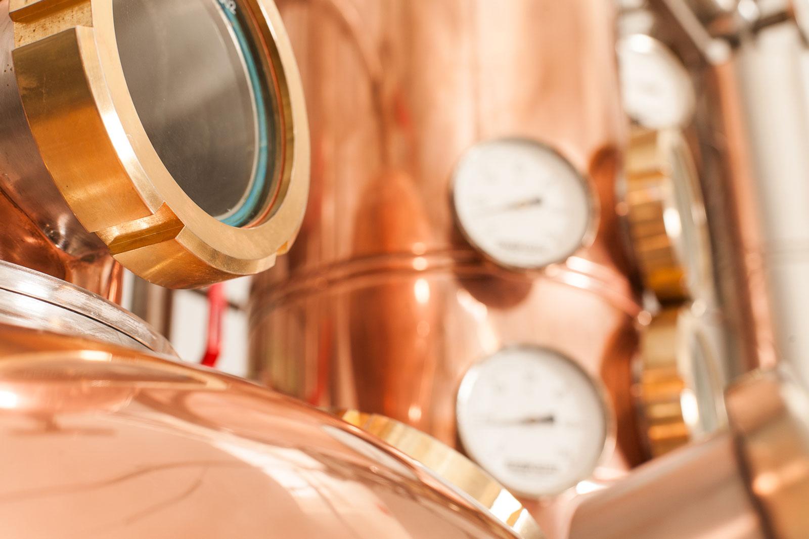 NORDCRAFT: echtes Handwerk - kleine Anlagen - Mario Gallone hat sich seine Destillationsanlagen mit 20-150l Brennblasen mit Blick fürs Detail und in liebevoller Kleinarbeit zusammengestellt, um seine Philosophie vom Destillieren perfekt umsetzen zu können.Dazu wurden einige der Anlagen speziell nach seinen Vorgaben umgebaut und verfeinert sowie um weitere Features ergänzt. So tragen alle Pot Still Anlagen einen Namen, wie Kopper Carl und Kopper Michel, denn sie gehören auch zur NORDCRAFT-Familie.