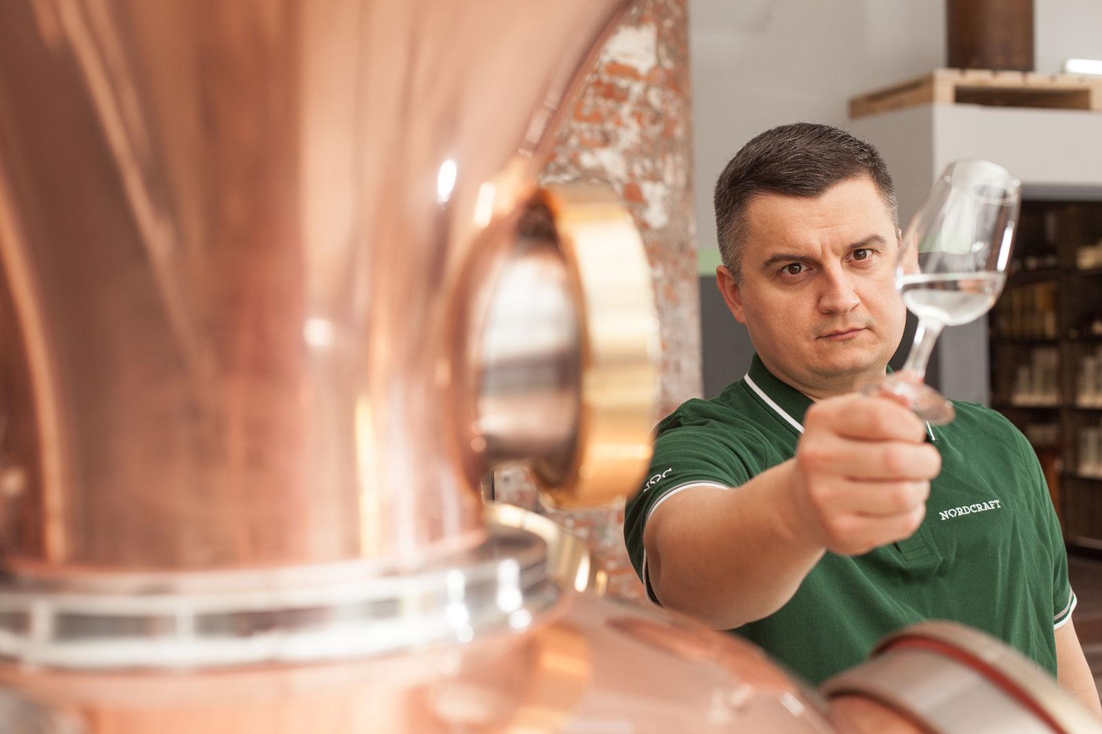 Der Kreative - Mario Gallone, der versierte Destillateur, hat für das legendäre Importunternehmen Charles Hosie bereits preisgekrönte Rum-Qualitäten entwickelt. Er verfügt über eine empfindliche Nase, ist ein ausgewiesener Experte in Sachen Rohstoffe und kennt alle Steps der Entwicklung von Spirituosen sowie diverser Produktionstechniken. Last but not least besitzt er eine immense Portion Kreativität. Als Mastermind und Destillateur von NORDCRAFT verleiht er all unseren Produkten seine ganz eigene Handschrift: Seine Kompositionen zeichnen sich durch authentisches Destillateurshandwerk sowie Gespür für Premium-Qualität und aktuelle Trends aus.