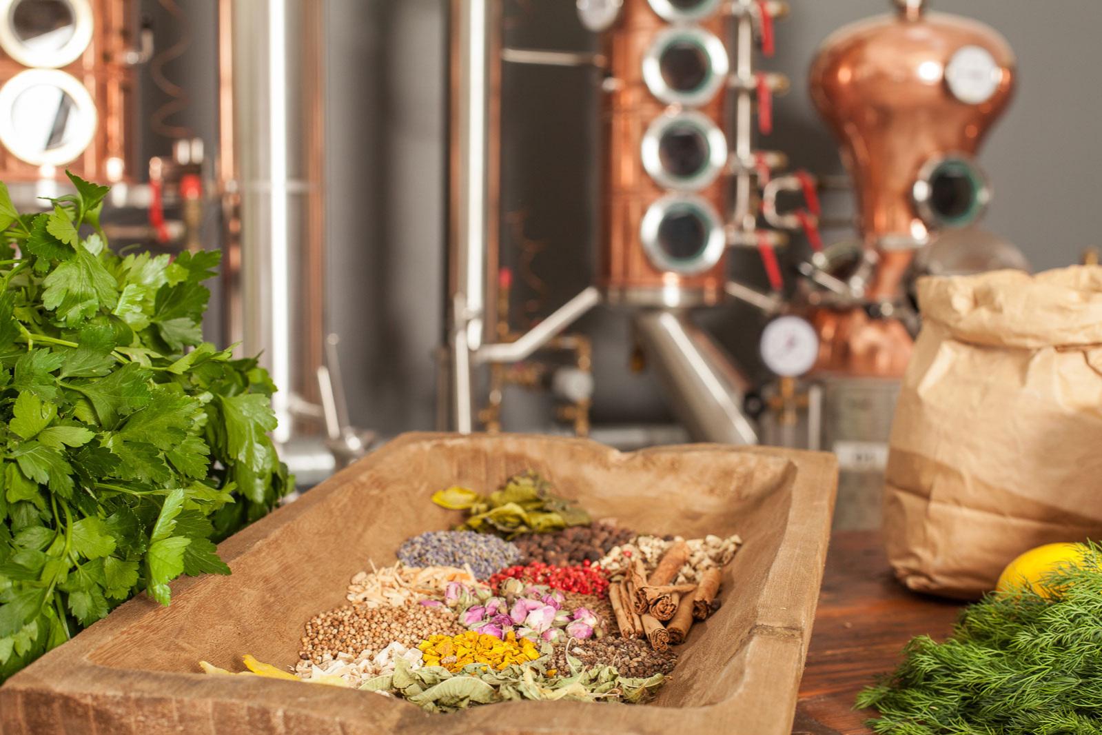 Hanseatische Qualität aus Bio-Anbau - NORDCRAFT Dry Botanical Spirit ist ein waschechter Hanseat: Unsere Kräuter und Botanicals, die wir frisch für ihn ansetzen, stammen original aus Hamburg und Umgebung, zum Teil aus Bio-Anbau. In der NORDCRAFT Destillerie in Altona werden sie dann in liebevoller Handarbeit sorgfältig verarbeitet.
