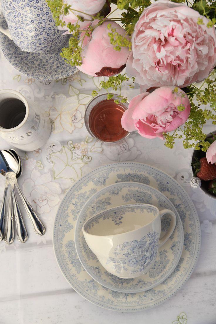 design-dictionary-burleigh-table-flowers.jpg