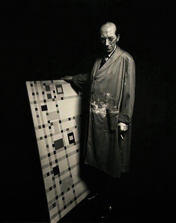 Dutch De Stijl painter Piet Mondrian (1872-1944) with canvas. Photographer unknown. via Cantó de Runes