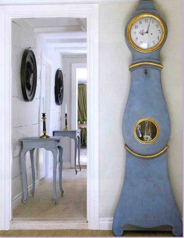 design-dictionary-mora-clock-blue