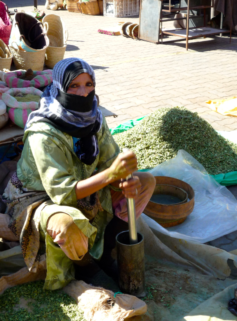 marrakech-woman with spices