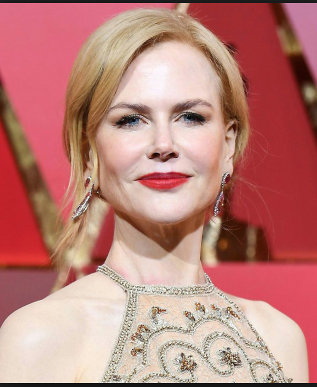 - If you have light skin, with WARM undertones, like Nicole Kidman:Look for reds that have a slight orange tint to them.