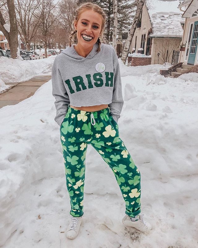 Really dressed down for the LUCKYPALOOZA bar crawl this year....☘️☘️with the cold MN winter still lingering on well into March, these festive fleece pants were a life savor!