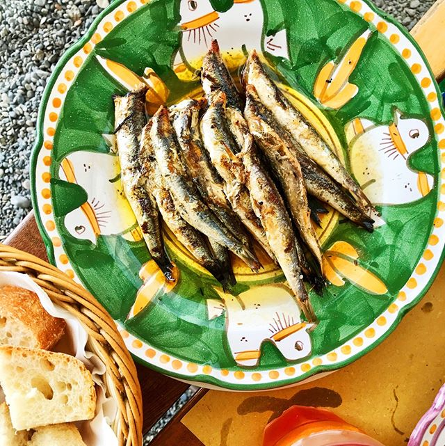 LET'S TALK ABOUT FAT // (and wish we were on a beach in Italy eating these fresh sardines...)⁠ ---⁠ You NEED fat for so many things in your body to work properly, including your gut. You literally need fat to digest your food - some vitamins are fat-soluble, meaning they need fat to be absorbed properly into your body. If you don't eat fat, your gut can't absorb these minerals and can't digest your food!⁠ --- ⁠ What happens when you can't digest your food? Cramps, bloating, constipation, diarrhoea.....⁠ ---⁠ So, get some Omega-3s (a GOOD kind of fat) into your life. Sardines are a great way of doing this. You can buy them really cheaply in a tin (go for the wild-caught variety) and keep in the cupboard, then add to a salad/top toast with them..they'll help your digestion and keep you full all afternoon⁠ ---⁠ 🙋🏼‍♀️ What's your favourite source of Omega-3s?⁠ ---⁠ #fat #fatisgood #healthyfats #sardines #omega3s #amalficoast #amalfi #italy #italianfood #gutlove #guthealth #ibs #ibsfood #healyourgut #eatwell #fab4 #nourishyourgut #ibsdiet #ibslife #ibsc #ibsd #gooddigestion #baddigestion #loveyourgut #guthealing #healthyeating #healthyeatingideas #diettips #whatshouldieat