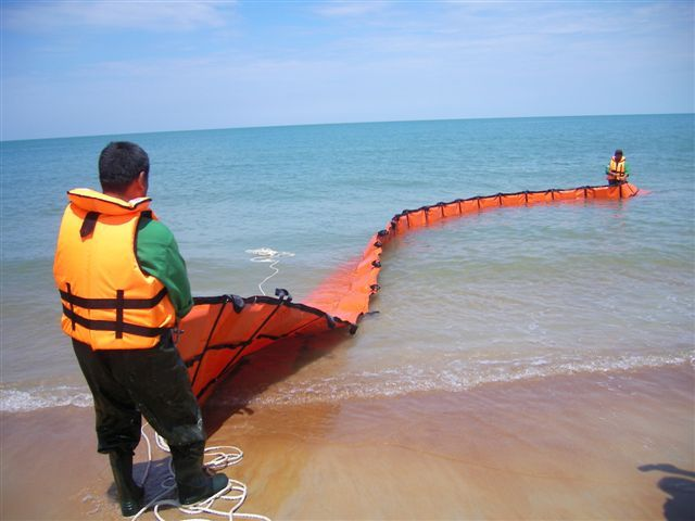 testing converted beach boom into fence boom July07 PD.JPG