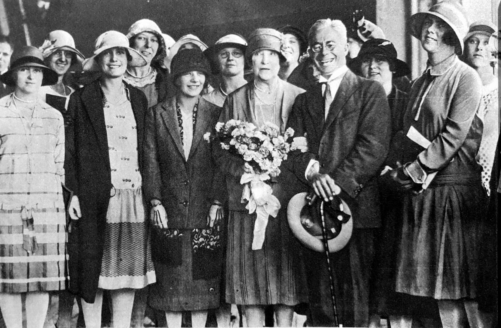 1927 Nellie Melba ( centre) with students, Alice on far right