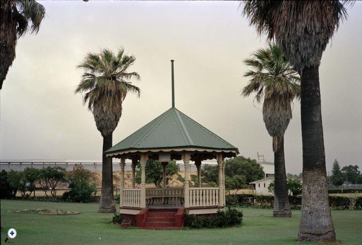 313326PD: Rotunda in Locke Park, Fletcher Street, East Fremantle, January 1986