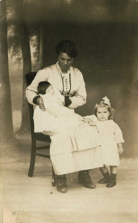 Blanche Best with Edith and Hilda, 1907