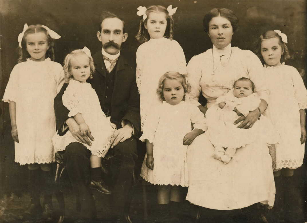 Blanche and John Best with six of their daughters, 1914