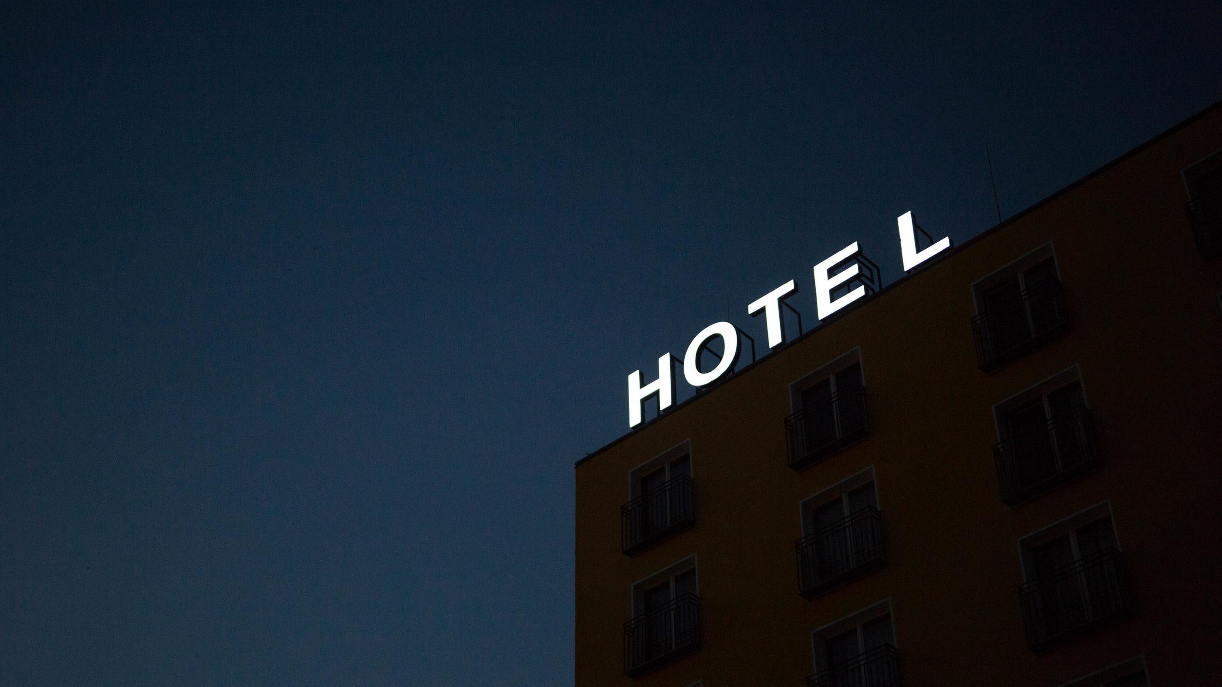 Å vite hvem man designer for - Et godt prosjekt starter med brukerne, for det er hotellgjestene og de ansatte som er ekspertene på hva de trenger og ønsker. På bakgrunn av intervjuer med målgruppen og fremtidige ansatte utviklet vi tre personas - den lokale, den forretningsreisende og rekreasjonsgjesten. Et dykk i byens demografi, næringsgrunnlag og historie lå videre til grunn for å utvikle hotellets tjenester og visuelle uttrykk. Dette resulterte i ulike romkonsepter med forskjellige temaer som ville tilfredsstille de ulike behovene avdekket.Choice er en veletablert merkevare og konseptmanualen deres måtte derfor ligge til grunn vårt arbeid. R8 som utvikler, Choice som kunde og Seltor som entreprenør møtte oss allikevel med en visjonær og åpen holdning til å gjennomføre en brukersentrert prosess - en tilnærming som ikke er vanlig i tradisjonelle byggeprosjekter. Tett dialog mellom fagene om alt fra budsjetter, valg av produkter og ønsket resultat gjorde at vi sammen fant de beste løsningene.Vi i tror på denne måten å jobbe på, og mener opplevelsen av Comfort Hotel Porsgrunn er et godt eksempel på hva man kan skape når man jobber mot samme mål og alle har eierskap til helheten og sluttresultatet.