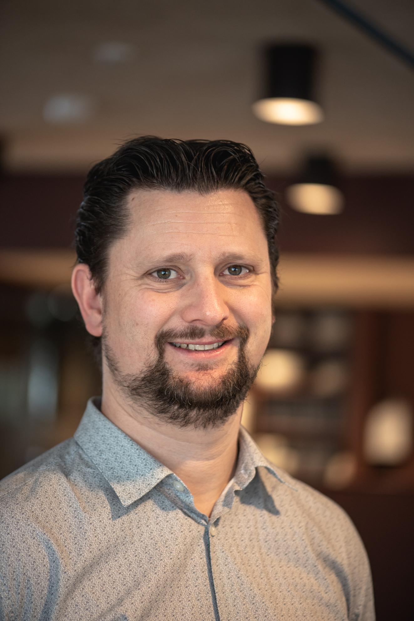 Martin Stok - Inkubatorleder+47 481 80 185 · martin@skappa.noMartin er utdannet sivilingeniør i industriell design, med spesialisering innen innovasjonsledelse. Martin jobber i Skåppå med bedriftsrådgivning, spørsmål om finansiering og prosjektledelse knyttet SIVAs inkubasjonsprogram. Martin er god på tidlig fase, idé- og konseptutvikling og han har stort nettverk. Han har erfaring med design, utvikling, organisering, finansiering og oppfølging av utviklingsprosjekter med både oppstartselskaper, etablerte virksomheter og universitet.Martin har kontorplass i Lillehammer, men jobber i hele Gudbrandsdalen.