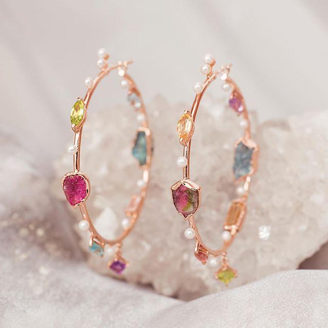 Argola Kosmos, composta por 15 tipos diferentes de pedras | Peça única da coleção, entre em contato para mais informações 💖✨ #kosmos #djayalevy #healingstones #healingjewelry