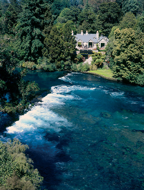 NewZealand-OnTheBanksOfTheWaikato-River.jpg