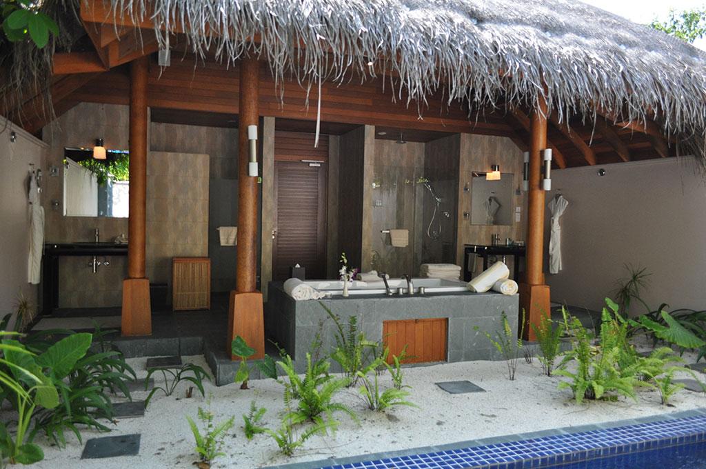 Maldives-HuvafenFushi-OutsideBathroomSpa.jpg