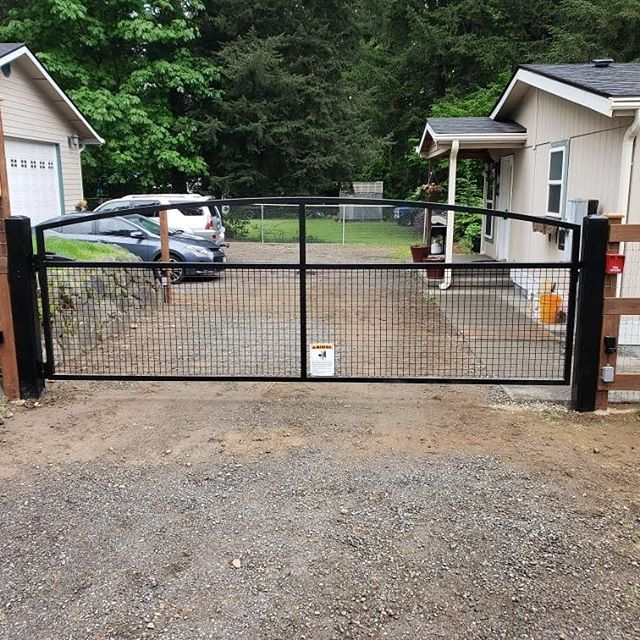 Another gate in the books.  I really like this design for dogs and other animals you want to keep in.  #elite #welding #smallbusness #entrepreneur  #gate #ilovewhatido