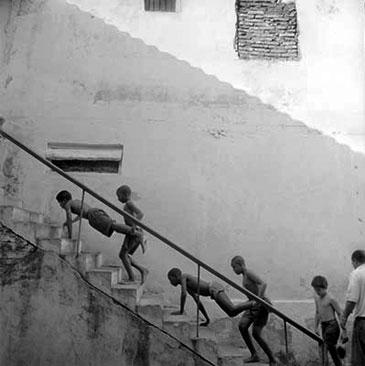 SUBIENDO LOS EXCALERAS, CUBA,  2001  Photographer: Laurence Salzmann GELATIN SILVER PRINT