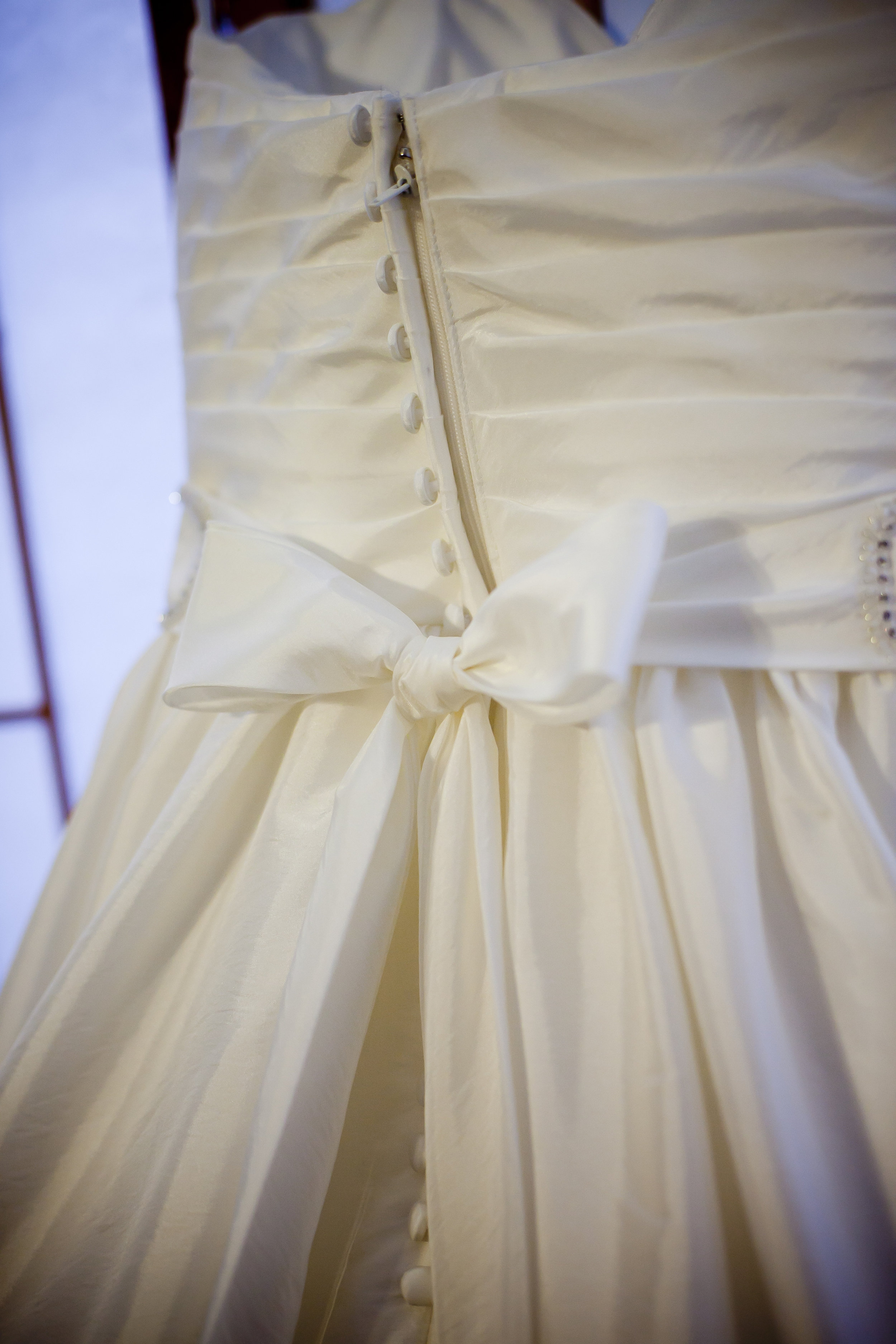 5 resources for donating your wedding dress. #decluttering #weddingdress #organizingtips