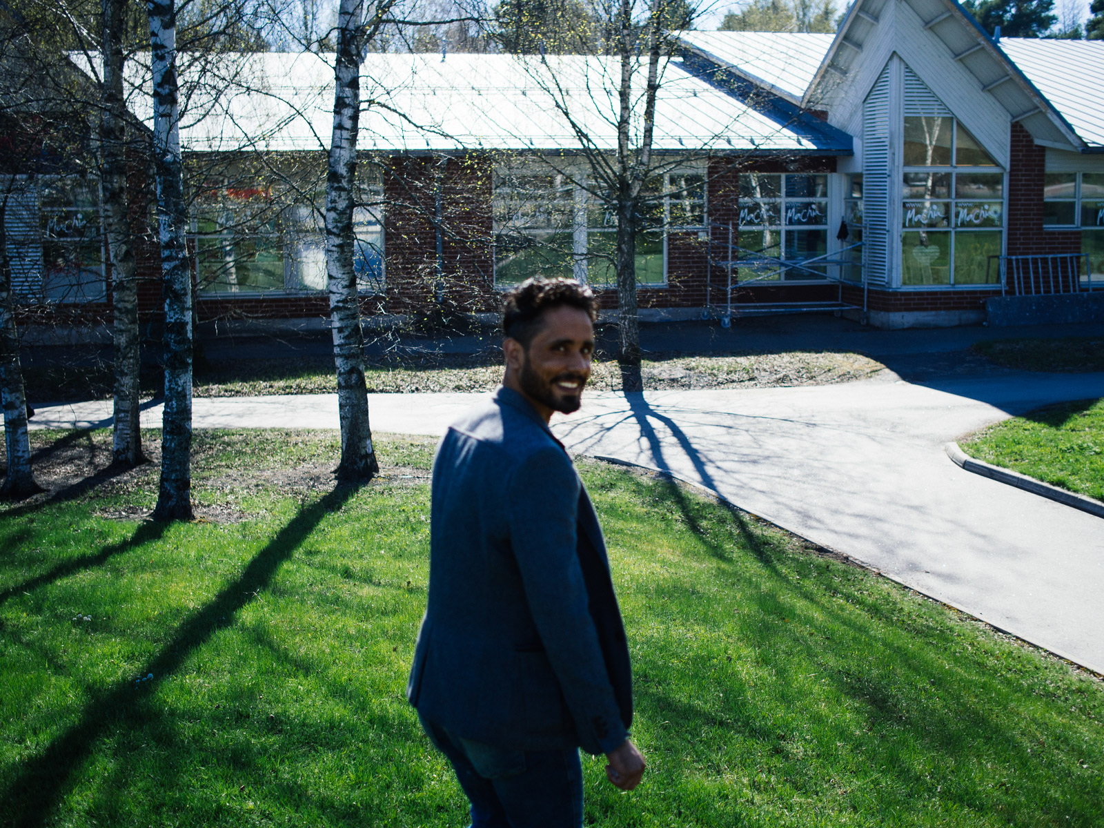 By the end of September 2016, Ihab and Yousuf, have been legally accepted in Finland. They decided to leave the small village of Velkua and head to the former Finnish capital, Turku. Ihab, decided to move together with is girlfriend Mintu, a finnish girl he met during his staying in the woods. Yousef has been working very hard, preparing all the papers needed to allow is wife and his five kids to come to live in Finland. Both Yousef and Ihab work with a temporary contract in a factory producing car parts 40km far from the city.
