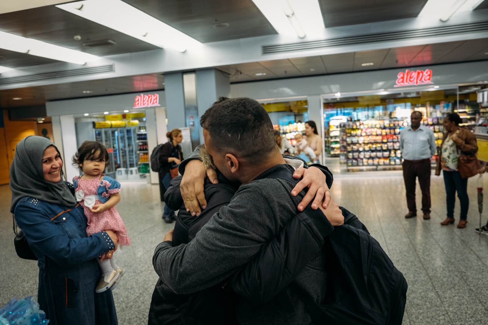After 2 years spent apart, finally Yousuf meet again his family. The youngest daughter barely recognised him. She's born only few months before her dad left for Finland. They are all headed to Turku where they'll start their new life together.