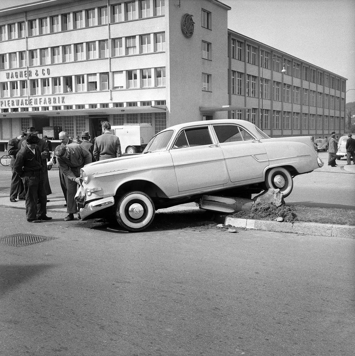 Arbeiter betrachten beschädigten Personenwagen, Schlieren 1959