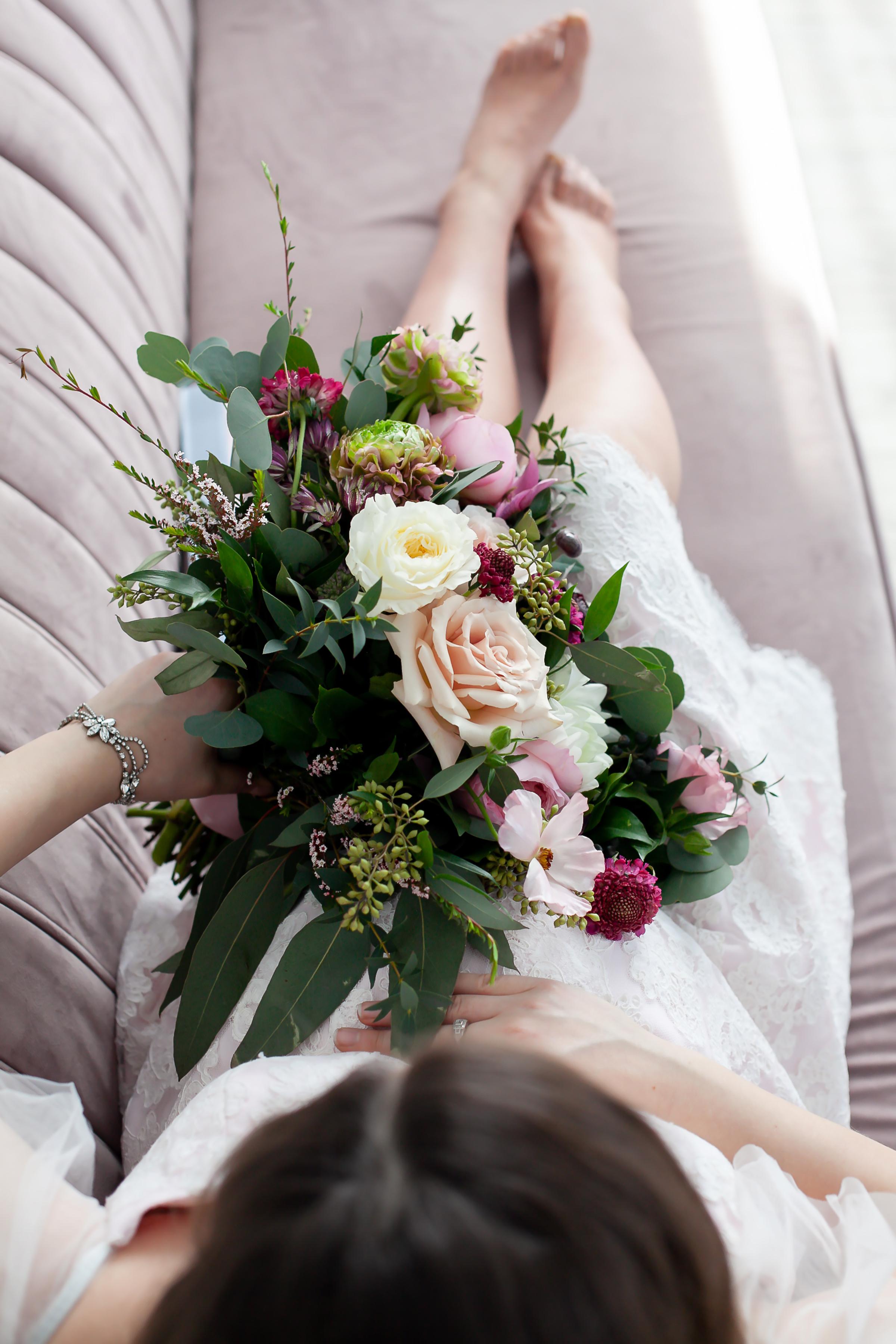 Durham_Region_Toronto_Glam_Maternity_Shoot_Fresh_Flowers_Petra_King_Photography