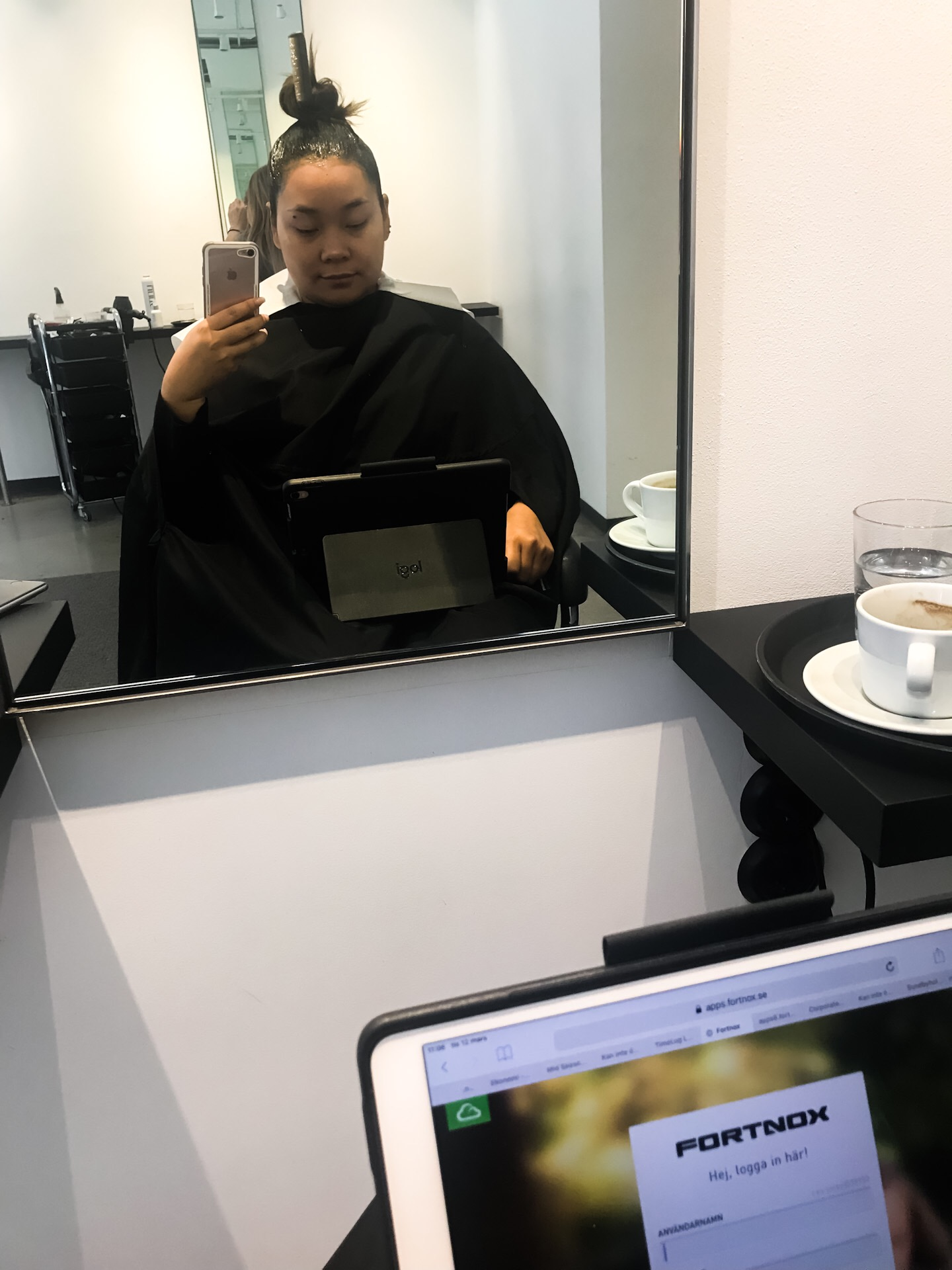 …but you still want to be pretty! - Why not work while at the hairdresser? As I usually get my hair colored/bleached/dyed I end up in that chair for hours, a perfect opportunity to work..