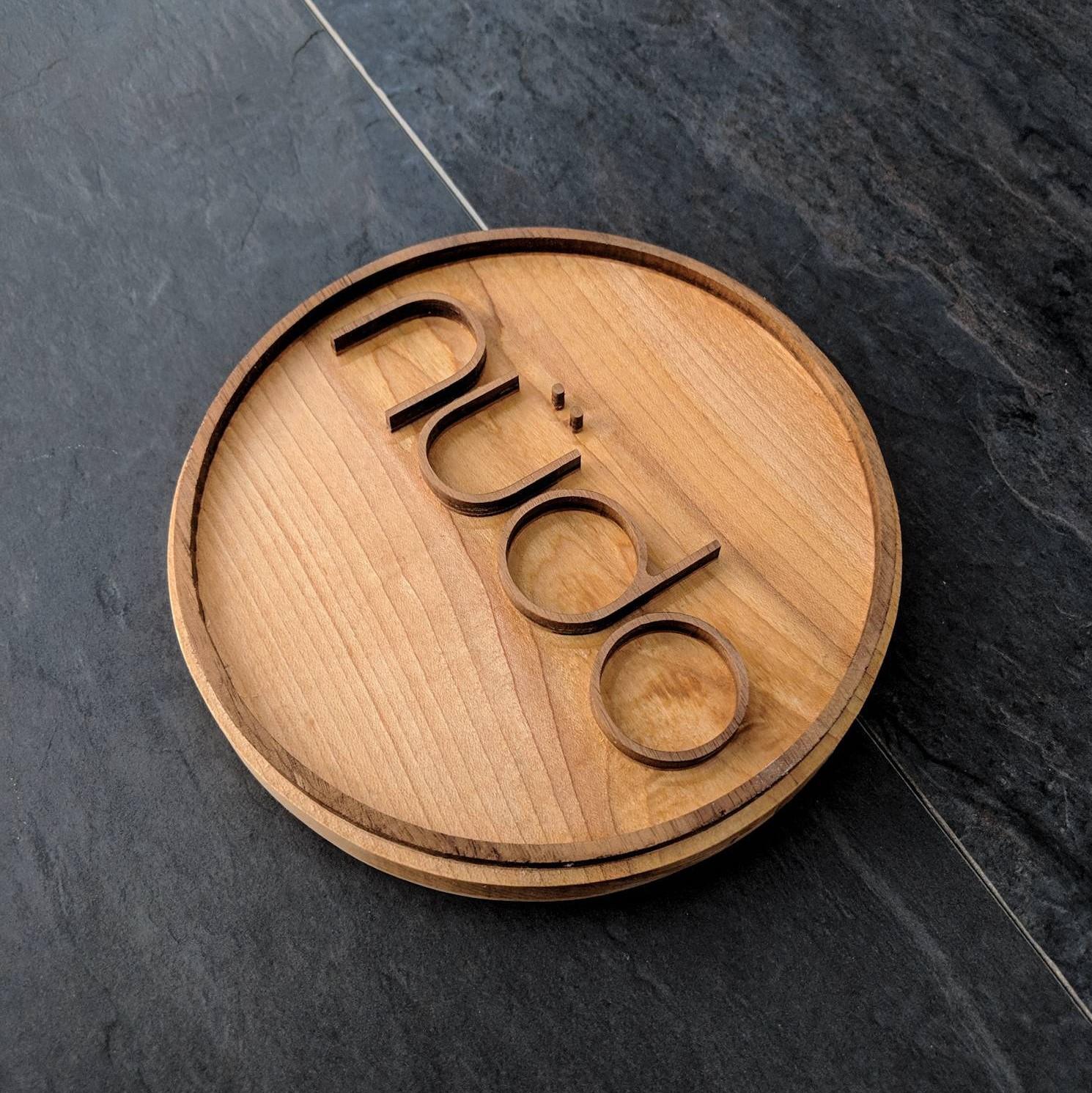 Petite enseigne ronde commerciale pour salons en bois haut de gamme gravée cnc