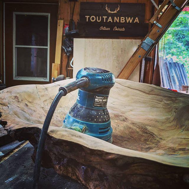 Sanding the sister of my last sink #woodensink #woodworking #toutanbwa #madeinquebec #makitatools #etsyseller #nddbrepresents #bathroomdesign #bathroomdesign