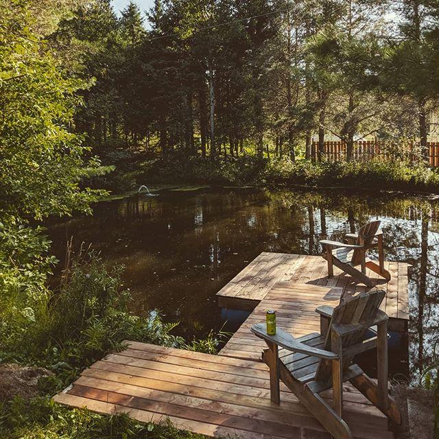 À défaut de partir en vacances, on s'est fabriqué un quais pour notre étang #onestbiencheznous #workingformyself #vacation #onsegâte