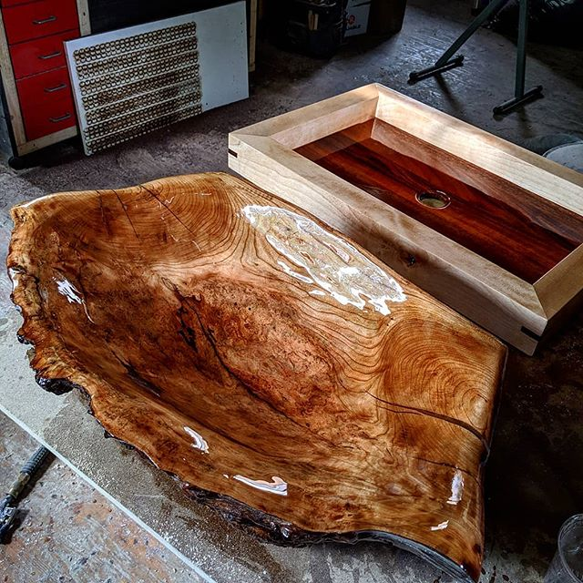 Almost finished burled wooden sink for Georgia and the final touches for the contemporary sink. Can't wait to ear who are the winners for the EtsyDesignAwards #woodensink #woodensink #etsydesignawards #etsyseller #TheEtsies #toutanbwa #teamnddb #madeinquebec #