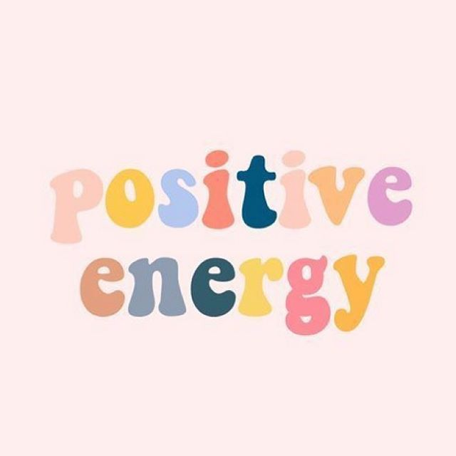 «Positive energy» et pas seulement le week-end ✨ Voir le verre à moitié plein, sourire à l'inconnu.e à qui l'on tient la porte, complimenter un.e ami.e, apporter une gourmandise au voisin isolé, cultiver l'amour et la bienveillance. Essayez... l'univers fera le reste 😉
