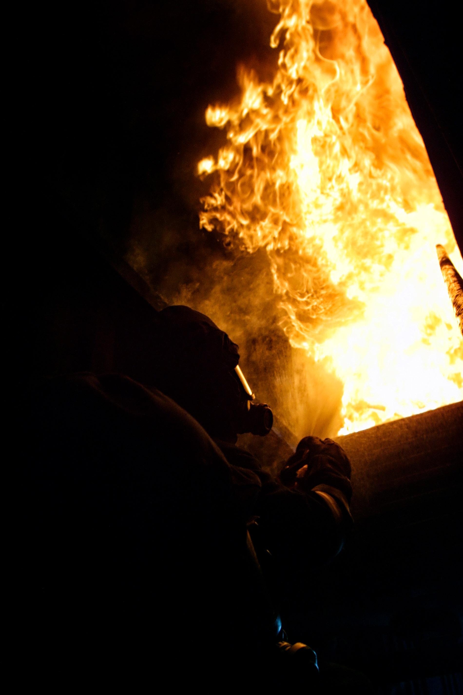 Det finns brandövningar och så finns det brandövningar :) Här får jag vara med när räddningstjänsten tränar och det är varmt, väldigt varmt. Den främre brandmannen vänder sig plötsligt om och ropar att vi måste backa. Jag tycker väll att vi kan ta några bilder till men så blir det inte… När vi kommer ut ser jag att visiret på den främre killens hjälm har börjat smälta och pigmentet på hans skyddskläder har bränts bort. Dom är gråvita. Tur att jag inte var lika envis den dagen som jag annars kan vara…  Foto Mikael Wallerstedt