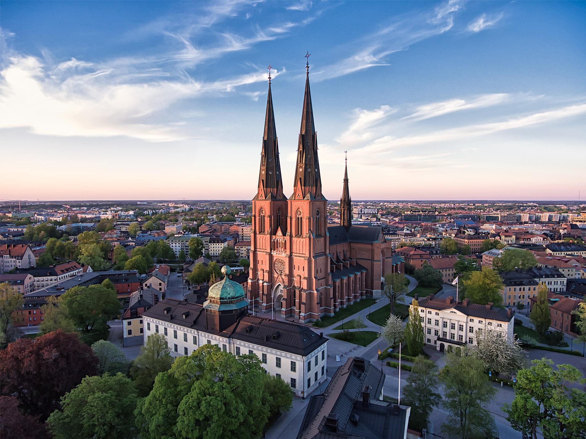 Vacker sommarkväll i Uppsala med domkyrkan i centrum. Foto Mikael Wallerstedt