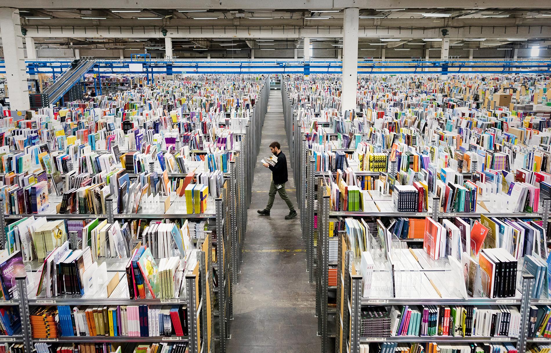 Ett reportage om Adlibris i Morgongåva.  Otroligt vad med böcker :) Jag älskar böcker. Det var inte helt lätt att fokusera då man hela tiden såg böcker man ville kolla i… Undrar hur många hyllmeter dom har.. Hur många miljoner böcker…  Foto Mikael Wallerstedt