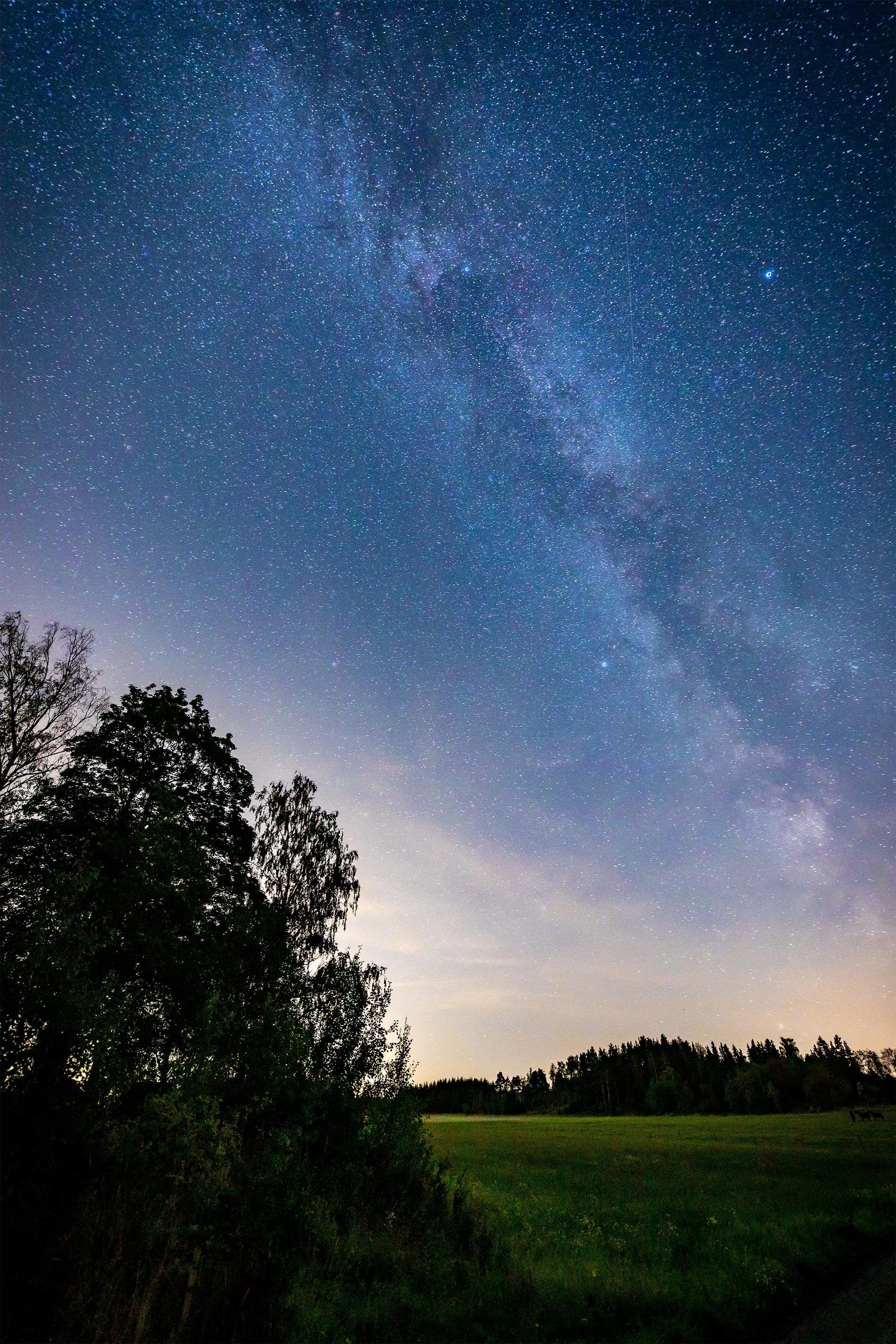 Äntligen har nätterna blivit mörka nog för att fotografera vintergatan och hjälp vad mörkt det var 😅. Nattsvart kan man säga… Men efter en stund vande sig ögonen och jag fick se nått jag inte sett på många år. En fantastisk natthimmel. Underbart vackert.