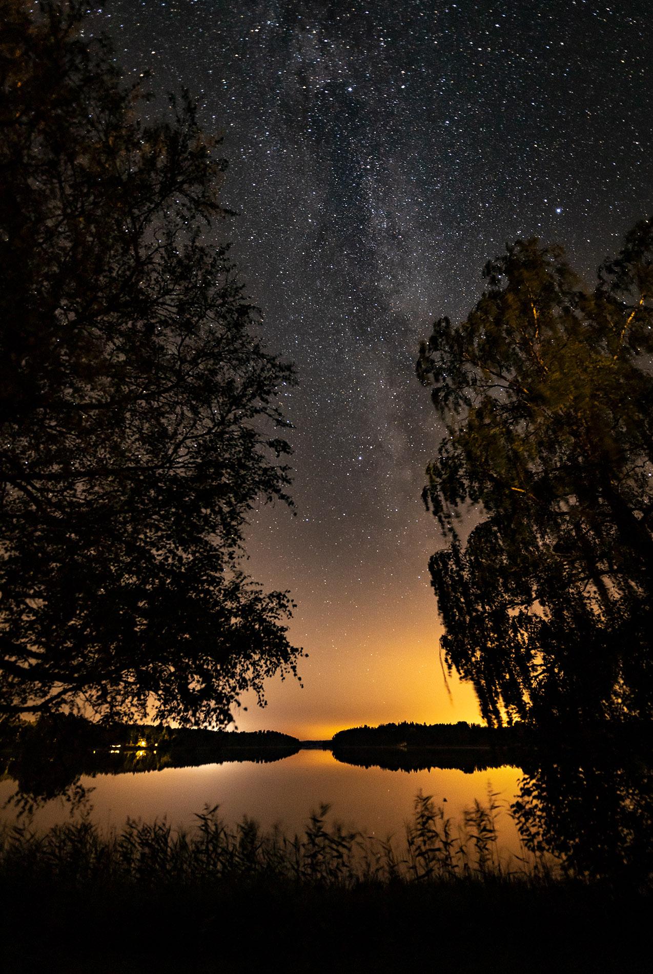 Ännu en härlig natt på landet. Väntar på norrsken som inte kommer så jag för nöja mig med stjärnorna. Barnen blev oxå förundrade över alla stjärnorna. Härligt. Foto Mikael Wallerstedt