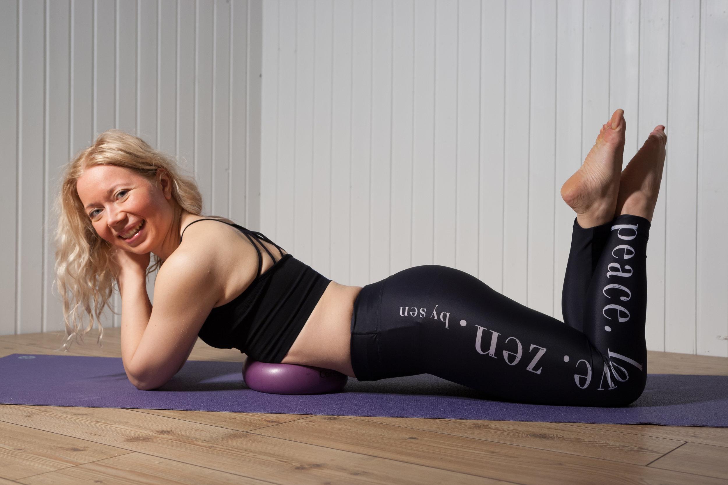 Core Intense workshopissa vahvistetaan keskivartalon syviä lihaksia käyttäen mm. pilates-palloa apuna.