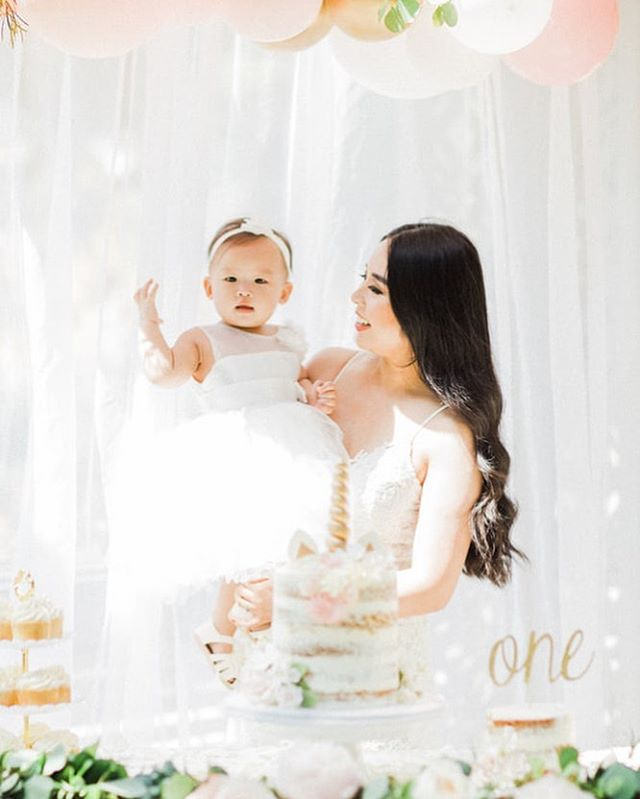 A precious mommy daughter moment to start your Saturday in a happy way ✨💕 . . . . . #firstbirthday #vancouvermoms #girlboss #eventdecor #eventstyling #eventprofs #flashesofdelight #pursuepretty #vancouverevents #yvrevents #fashionblogger