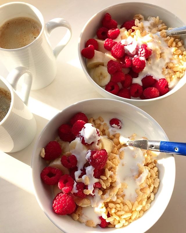 Makey-upey breakfasts in bed ✨ Natural full cream yogurt with banana, raspberries, Rice Krispies and a drizzle of kefir. Served with a side of hot coffee and morning sun before a long cold autumn walk 💛