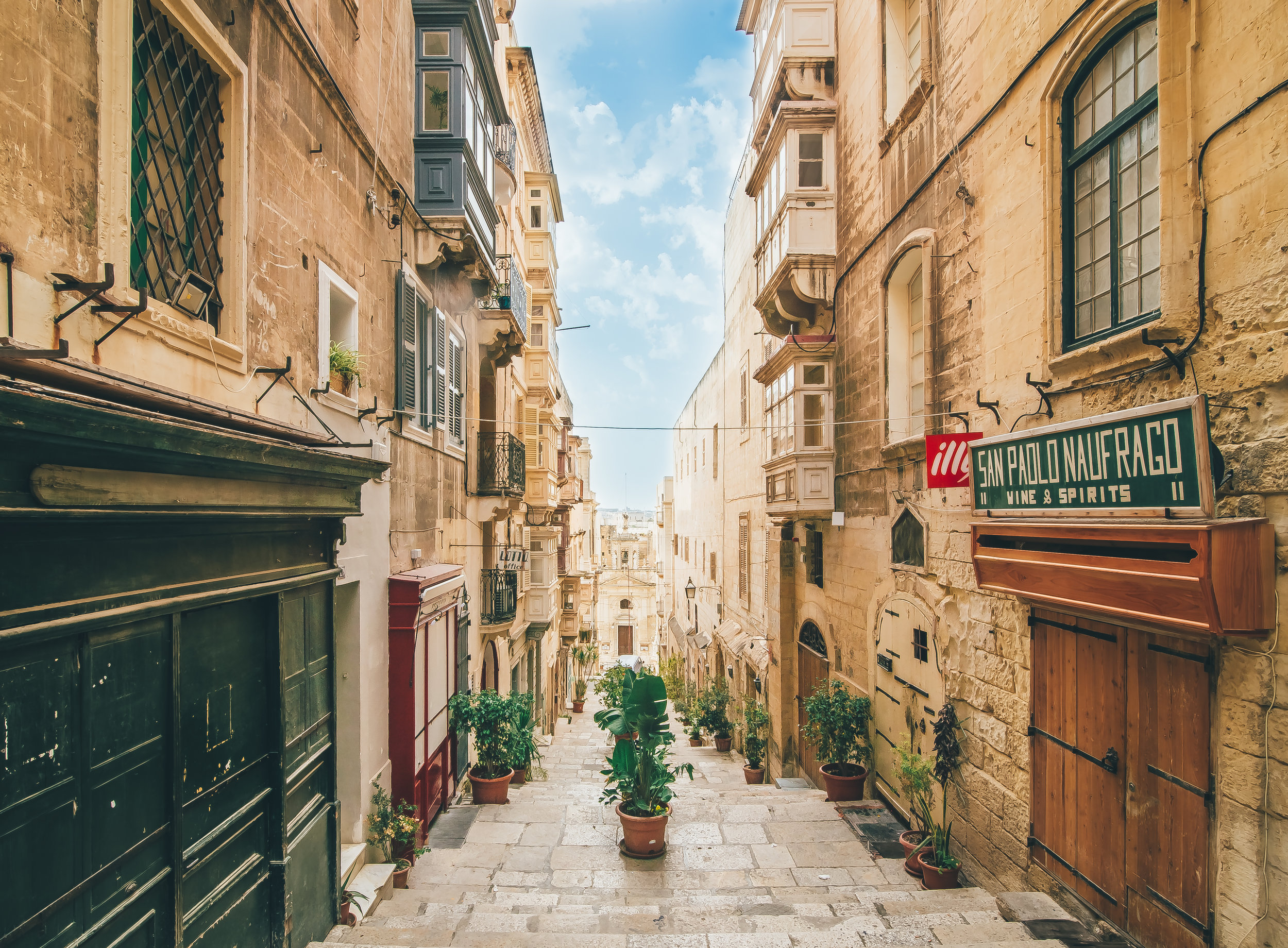 Bezauberndes Malta - 29.04. - 02.05.2019 | 4 Tage FlugreiseDie Nähe zu Italien und dessen kulturelle Einflüsse sowie die britische Kolonialzeit haben Malta geprägt. Es werden Ihnen immer wieder beeindrucken- de Zeugnisse der über 7000-jährigen Geschichte begegnen. Steinzeitliche Kultbauten, mittelalterliche Befestigungen, Kirchen und Paläste aus der Zeit des Johanniterordens: es lohnt sich Malta zu entdecken. Eine zentrale Stellung nimmt die Insel im Mittelmeer ein – als Brückenkopf zwischen Europa und Afrika und mit fast gleicher Entfernung nach Gibraltar und dem Libanon.
