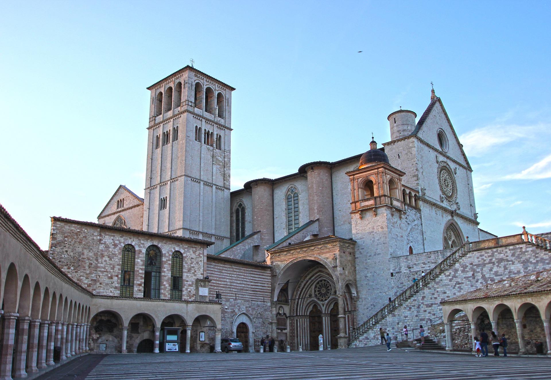 """Assisi - Herz Umbriens - Bei einem Rundgang durch die Stadt Assisi fühlt man sich ins Mittelalter zurückversetzt. Dichtgedrängt liegen hier am Abhang des Monte Subasio die Steinhäuser und die romantischen Winkel. Der Hl. Franziskus lebte und wirkte in dieser Gegend. Wir bewundern die gewaltigen Kirchen und die einfachen Klöster. Die """"Schweizer Liese"""" (Fellner Elisabeth) aus Otting folgte ihrer Schwester an diesen herrlichen Ort und trat dann in das Kloster der Bayerischen Kapuzinerinnen """"Santa Croce"""" ein. Jetzt feiert sie das Goldene Jubiläum ihres Ordensgelübdes und als Schwester Hyazintha."""