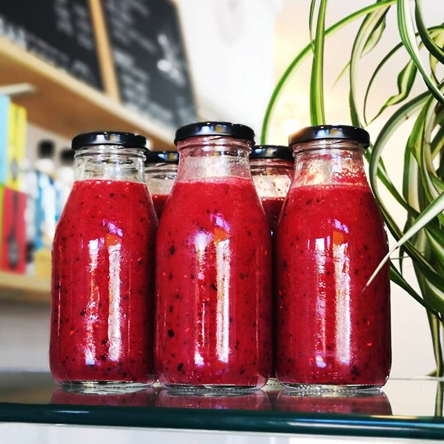 Ooo Berry-Smooth 🍇🍒🍌🍎 freshly made this morning ready for a super 🌞 sunny BH weekend 🌞 mixed berry and banana smoothie goodness PLUS it comes ready in a reusable glass bottle!! ♻️ @dockyardbristol  #berrylicious #smooth #bristol247 #bristolharbourside #bristolmarina #bristolcoffeeshops #homemade  #berrysmoothie #glassbottles #spikeislandbristoluk