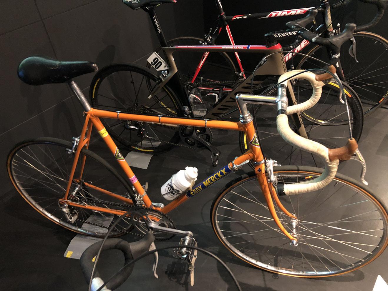 Die Evolution des Materials, vom Stahlrenner Eddy Merckx' aus den 1960/70ern bis zum Carbon-Geschoss von Alexander Kristoff, der 2015 siegte.