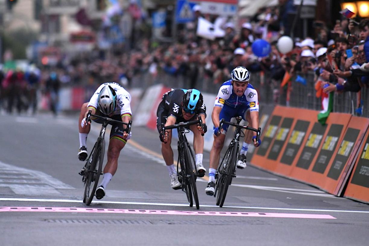 2017 siegte Michal Kwiatkowski (Mitte) als erster polnischer Fahrer bei Mailand-Sanremo, knapp vor Peter Sagan (li.) (Foto: Veranstalter)