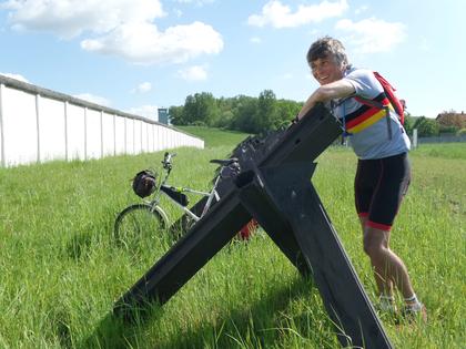 Auch den früheren Todesstreifen an der Mauer zwischen BRD und DDR besuchte Moore.